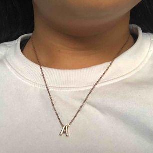 A halsband. Kedjan rostat men inget som tänks på. Frakt tillkommer på 9kr, frimärken.💕