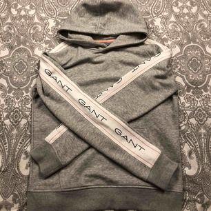 gant-hoodie från kidsbrandstore. Storlek 170cm ( 15 år ) motsvarar enligt mej XS/S.  Plussa till 63kr för frakten.