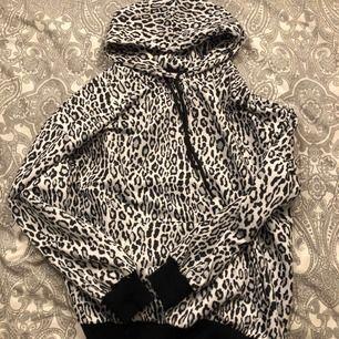 Superfin hoodie ifrån nakd i storlek XS. Ganska stor i storlek så beroende på hur man vill att den sitter så passar den S & M.  Plussa till 63kr för frakten.