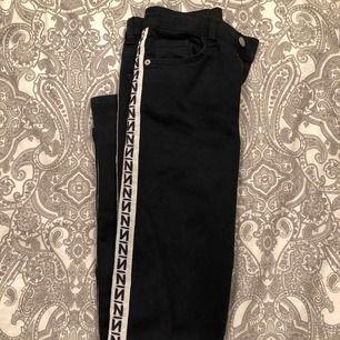 sköna jeans ifrån Nakd med stripe på båda sidorna. plussa till 63kr för frakten.