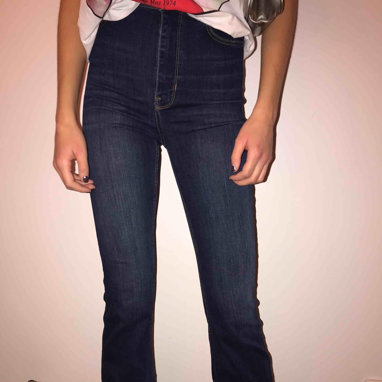 snygga mörkblåa bootcut jeans från zara, har använt kanske 3 ggr så de är i fint skick🤪👑 PRISET KAN DISKUTERAS!!! . Jeans & Byxor.