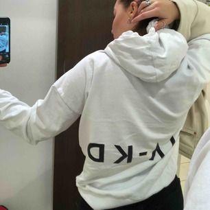 Oversized hoodie :)) Knappt använd överhuvdtaget! Storlek S