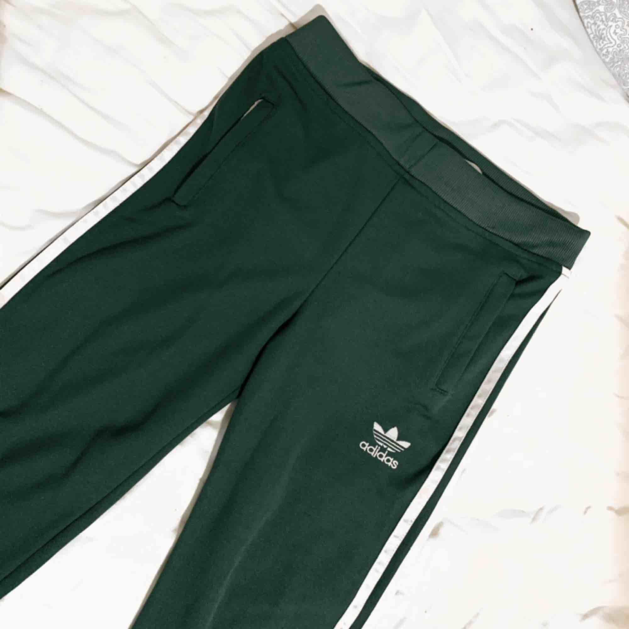 adidas byxor, säljs på grund av att jag har redan lika dana, finns att hämta i Trollhättan men kan också skickas 🌻. Jeans & Byxor.