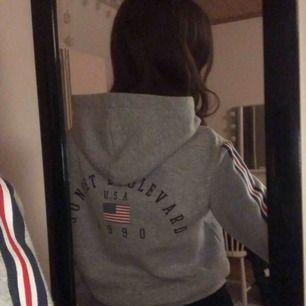 En hoodie från H&M med superfin passform. Säljs pga att det inte är min stil längre. Den är sparsamt använd och i mycket gott skick 😍 Kunden står för frakten 😊