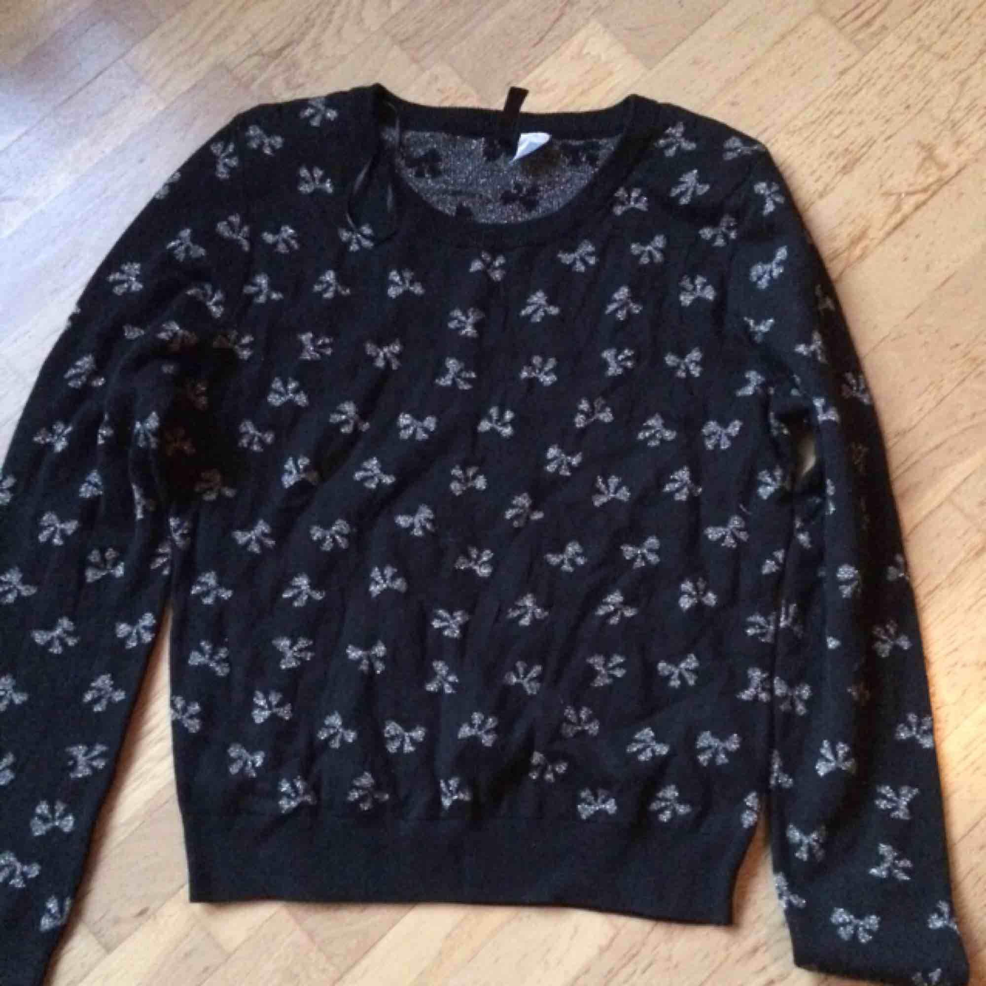 Svart tröja med silvriga rosetter i storlek 40. Använd men fint skick. Frakt: 59 kr i postens påse 🌸. Tröjor & Koftor.