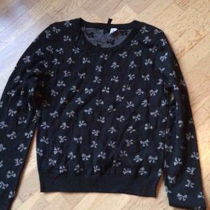 Svart tröja med silvriga rosetter i storlek 40. Använd men fint skick. Frakt: 59 kr i postens påse 🌸
