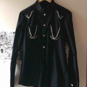 Oanvänd svart skjorta som jag köpte på Shango en gång i tiden :) storlek xs men funkar på s, ev M också. Priset är inkl frakt 🌸
