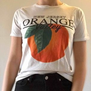T-shirt från Gina Tricot med tryck. Knappt använd och i fint skick. (Köparen betalar frakten)