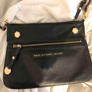 En jätte fin Marc Jacobs väska. Nypris ca 3000kr. Säljer pågrund av att den inte kommer till användning. Den har lite slitningar på bultarna därav priset. Men annars funkar allt bra! Gulddetaljer  Köparen står för frakten!