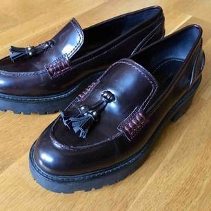 Superfina lila/mörkröda loafers med klack från Zara som jag köpte här på Plick men som är för stora. De är helt oanvända av mig.   De är strl 37 men passar nog mer 38. 🌸✨