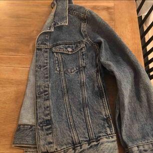 Jättesnygg jeansjacka från weekday o storlek xs-s. Säljer då den är för liten och inte kommer till användning längre. Köpare står för frakt :)