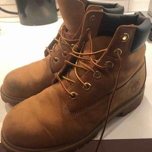 Säljer mina skitsnygga timberland skor, storlek 38. Säljer då de blivit för små. Bra skick men man ser att de är använda. Köpare står för frakt. :)