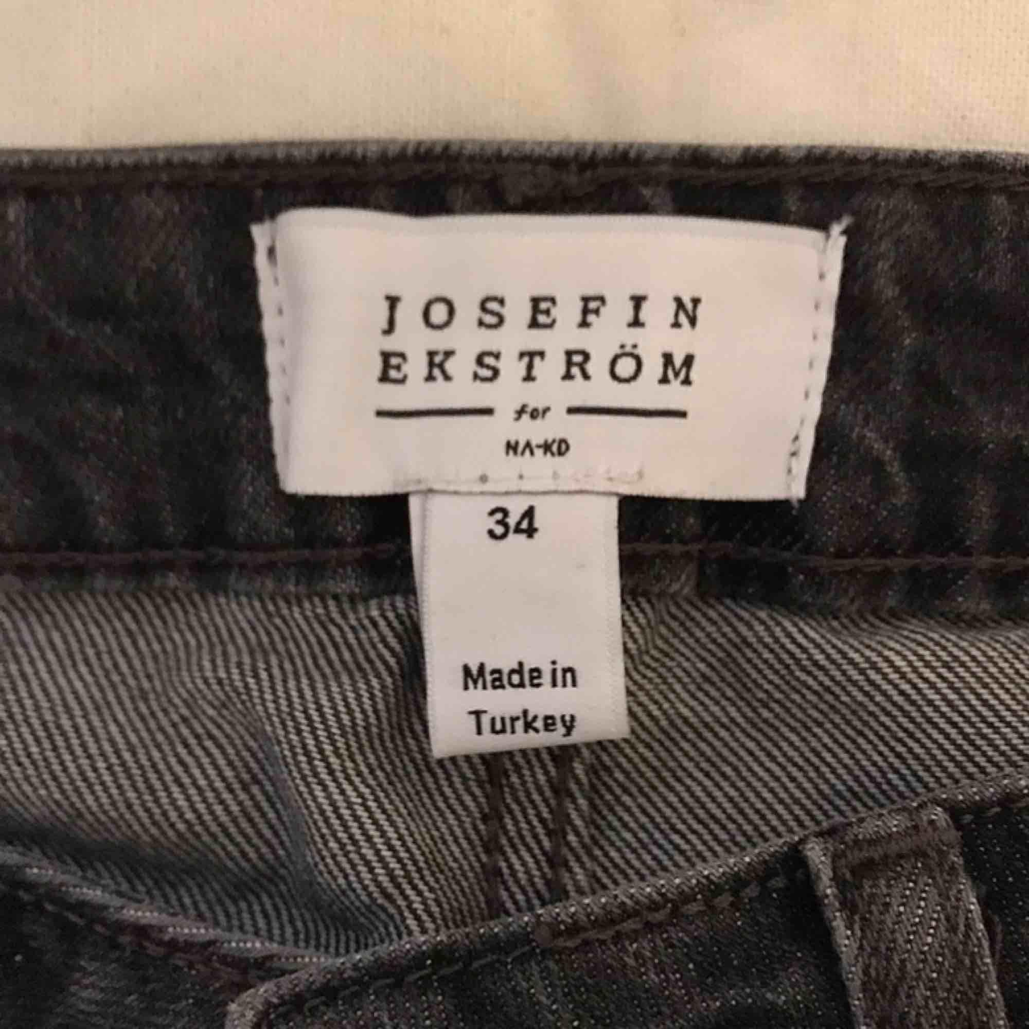 """Grå jeans från Josefine Ekströms kollektion för na-kd. Högmidjade och med raka ben. Längst ner på baksidan står det """"GRL PWR"""". Knappt använda. (Köparen betalar frakten). Jeans & Byxor."""