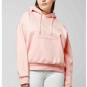 rosa hoodie från weekday , säljer den sitter mer som en M vilket jag insåg att jag inte gillade , men om du gillar oversized Hoodies så gillar du nog denna , kan gå ner o pris vid snabb affär , frakt tillkommer på 30kr😚💗💗💗
