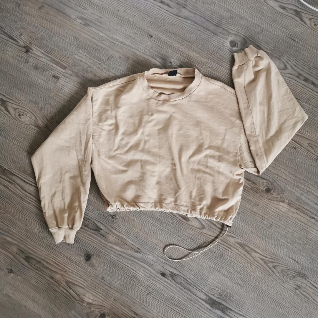 Kort tröja, kan justeras i midjan. Endast testad.  Betalas med swish och köparen står för frakt 😊. Tröjor & Koftor.