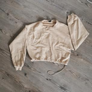 Kort tröja, kan justeras i midjan. Endast testad.  Betalas med swish och köparen står för frakt 😊