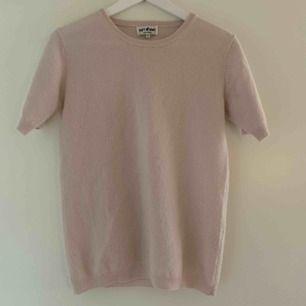 En T-shirt från Soft Goast i 100% Kashmir. Använd ungefär 4 gånger. Nypris 999kr. I färgen Marshmallow och i storleks XS frakt på 37kr tillkommer. Fint skick.