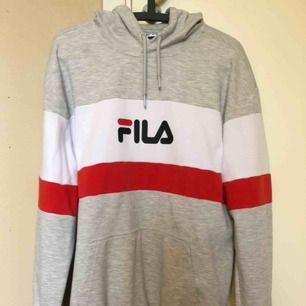 Sparsamt använd Fila-hoodie! Det är storlek M men den är oversized så den är lite baggy.  Nypris c:a 800kr, minns inte exakt.  Kan mötas upp i Stockholm eller posta den om köparen betalar frakt! Pris kan diskuteras.