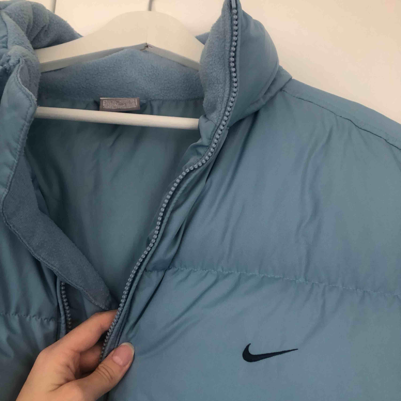 Sååå fin vintage dunväst från Nike. Jag på bilden är en normal S och säljer då den är i lite största laget tyvärr :(  . Jackor.