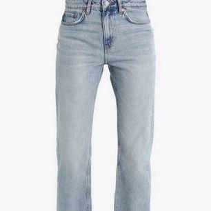 Säljer ett par snygga weekday jeans Voyage. Storlek W27, L30, ungefär som S och passar mig som är 166 cm lång. Kan mötas upp, annars står köparen för frakt!💕 Ordinarie pris 729 kr, säljer för 199 kr!