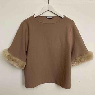 Oanvänd tröja från ZARA. storlek S men fakepäls på ärmarna. Nypris 499kr frakt tillkommer