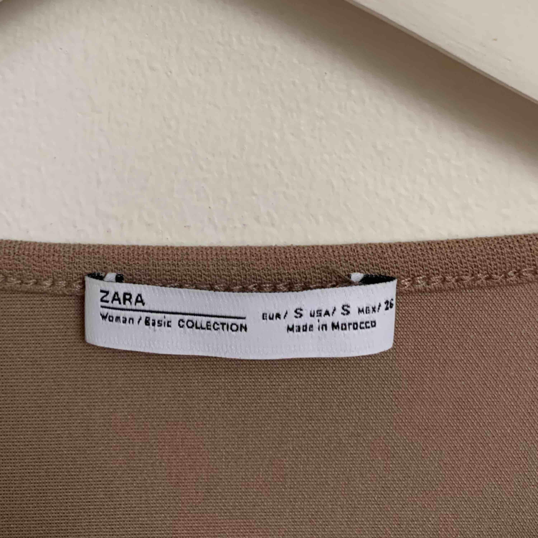 Oanvänd tröja från ZARA. storlek S men fakepäls på ärmarna. Nypris 499kr frakt tillkommer . Toppar.