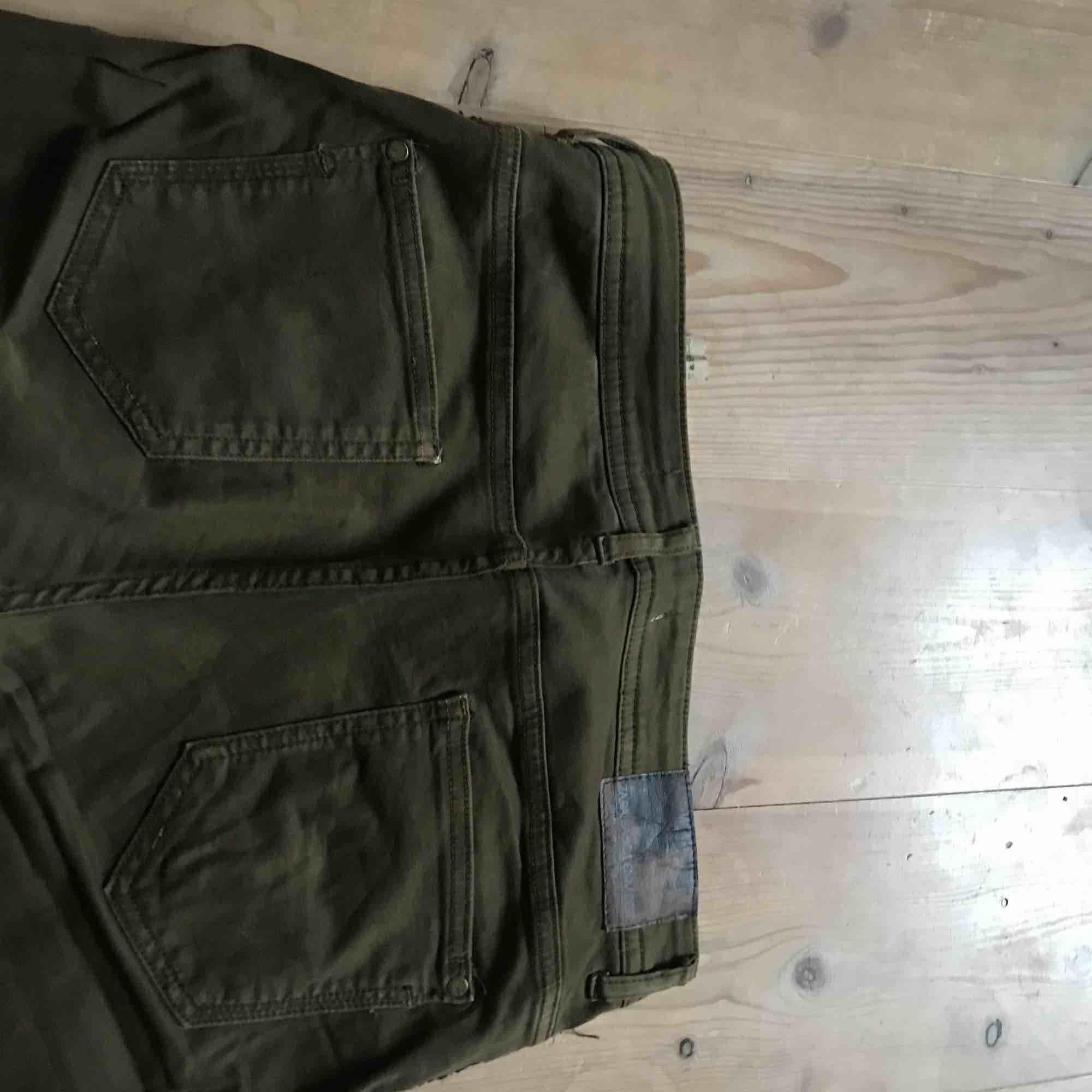 Mörkgröna jeans från Zara med svart detalj på Sidan. Storlek 40 men passar även 38. Knappt använda:). Jeans & Byxor.