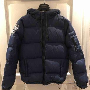 Jag säljer min blåa dbrand jacka i storlek L. Som ny då den är använd fåtal gånger, inga hål eller fläckar.