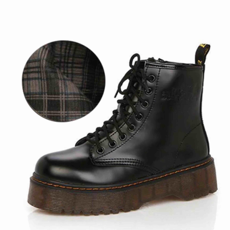 Snygga platform boots inköpta från en butik i NY! 75:- för frakt, köparen står för frakten!🖤. Skor.