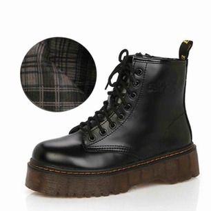 Snygga platform boots inköpta från en butik i NY! 75:- för frakt, köparen står för frakten!🖤