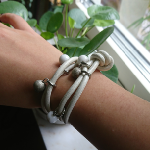 Armband i använt skick men inget man ser vid användning, finns annonser på liknande armband fast i blått och svart!