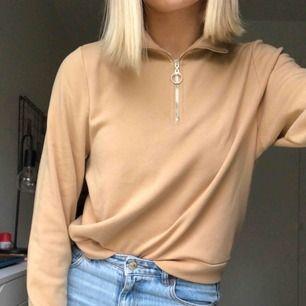 Beige tröja med dragkedja från bikbok. Använd ett fåtal gånger och har jättebra kvalité. Hör av er vid frågor, köparen står för frakten:)
