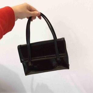 Svart liten lack väska ! 🦋