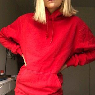 Röd oversize hoodie från hm. Köpt på herravdelningen. Jätteskön och bra kvalité. Hör av er vi frågor, köparen står för frakten:)