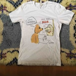 Finaste Mac Demarco T-shirten köpt på en av hans spelningar. Jättefint skick! Vid frakt står köparen för kostnaden 💌