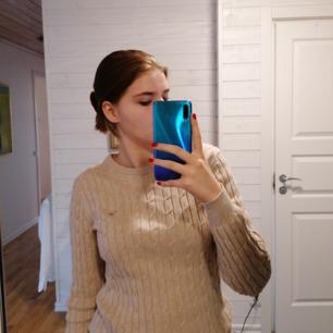 Jag säljer min fina, sandfärgade, kabelstickade, Gant-tröja för att den är för stor för mig. Jätteskön & passar till det mesta (extra snygg med en skjorta under). Obs; köparen står för frakt :-)))