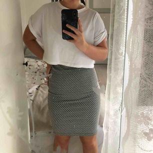 Jätte fin tajt kjol från Cubus. Använd en gång så i ett jätte bra skick. Säls eftersom den aldrig kom till användning. 36kr i frakt. Vid en snabb affär kan priset diskuteras.