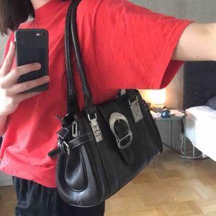 Brun väska som går att använda som en lite större shoulderbag eller som vanlig handväska! Lite slitningar därav billigt pris, super fin vintage verkligen!🥰