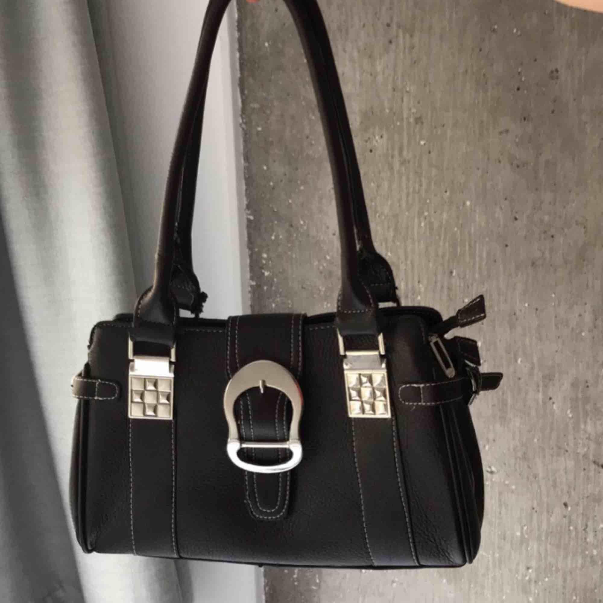 Brun väska som går att använda som en lite större shoulderbag eller som vanlig handväska! Lite slitningar därav billigt pris, super fin vintage verkligen!🥰. Väskor.