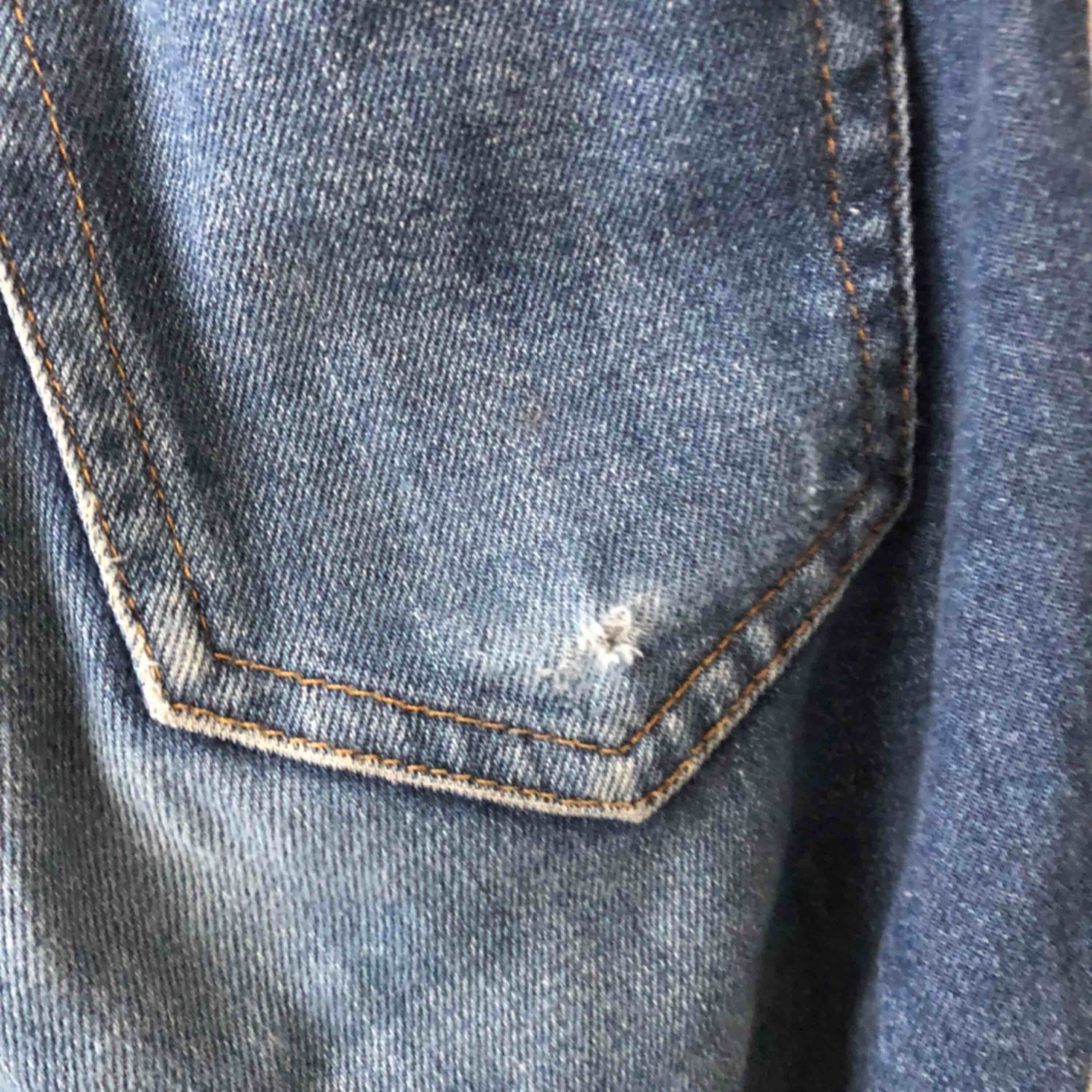 Jätte snygga jeans. Använda män ändå i ett okej skick. Det har blivit ett litet hål på högra fickan. Sälj eftersom de är få små för mig. Skulle söka att de passar en xs  . Jeans & Byxor.