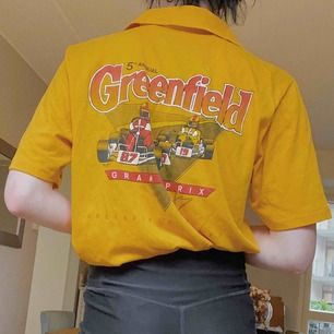 """Skitsnygg gul oversize vintage skjorta! Superfin kvalité och får dig garanterat se cool ut. Vem vill inte går runt och vara """"Track official""""? Precis, ETT KAP."""