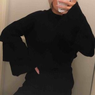 Stickad svart tröja från ONLY i storlek L, passar S-M också tycker jag. Superfina vida ärmar!! 😍 använd ett fåtal gånger, jättefint skick♥️  Frakt på 54 kr tillkommer!!
