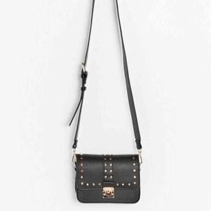Söker denna väskan från Lindex!!  Skriv på privat chatten om ngn har den och vill sälja den, otroligt intresserad! 🌸🙏🏼