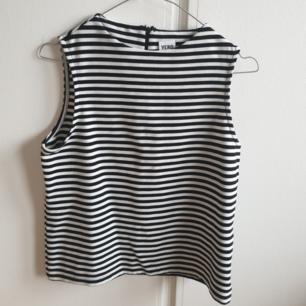 Jättefin blus/linne från vero moda i tjockare material! Köptes för ett tag sen och har glömts bort i garderoben. Väldigt fint skick! Storlek S Köparen står för eventuell frakt💓