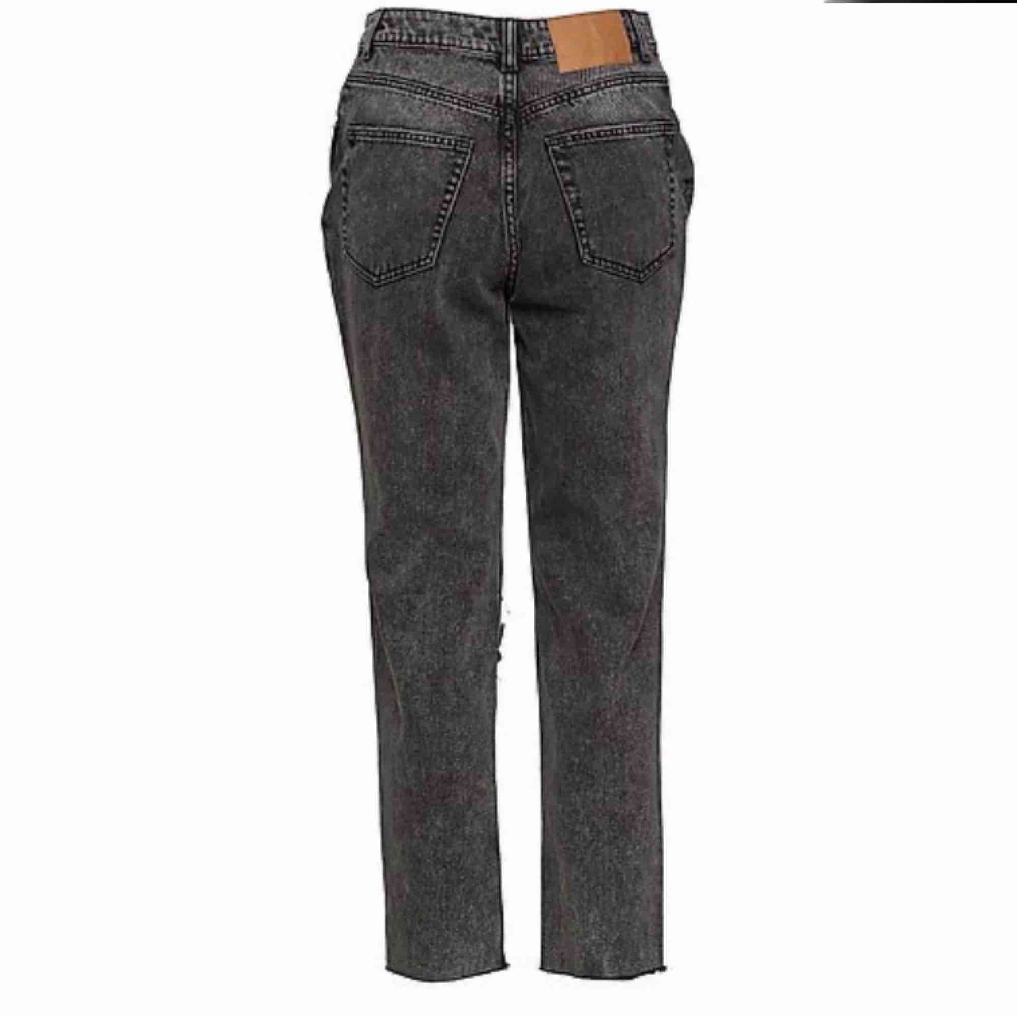 Cheap monday jeans i en urtvättad svart/grå färg, mom jeans modell. Varsamt använda . Jeans & Byxor.