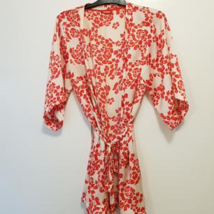 Kort kimono i sval satin. Nyskick. Storlek M  Lindex