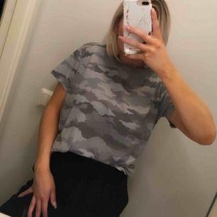 Asball t-shirt från NELLY, aldrig använd. Storlek S men tycker den är lite oversized så passar även större - och mindre storlekar. Militärmönstrad, khakifärg😍😍  Frakt på 36 kr tillkommer♥️