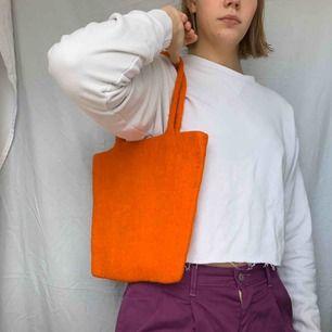 Cool väska i tovat material! Frakt tillkommer