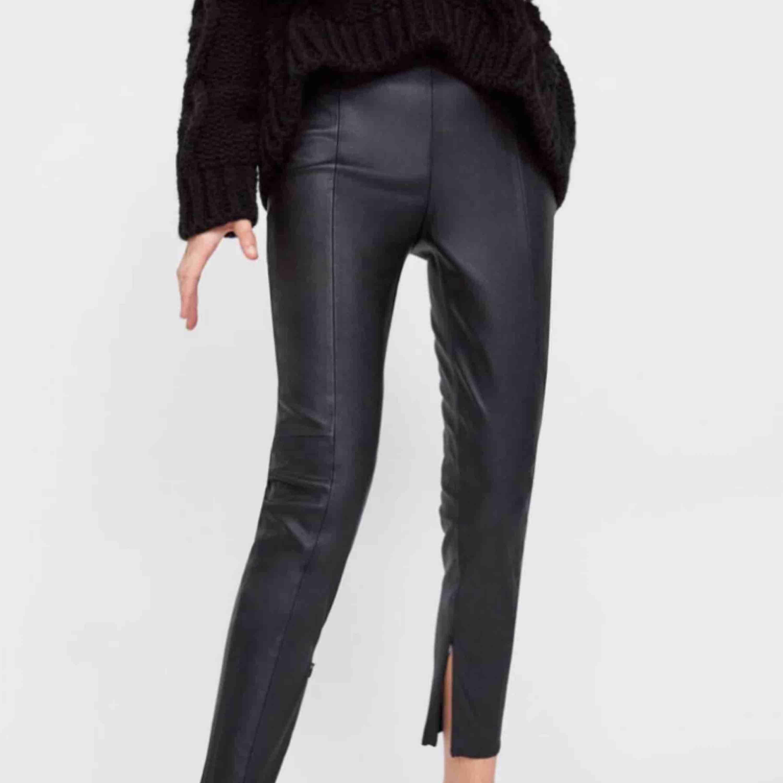 """Skinnbyxor från Zara, storlek S. Byxorna är högmidjade och har fickor där bak, skiiiiitsnygga😍 Det är en söm framtill längs med benen och dragkedja på insidan av byxan nedtill så att man kan få """"split"""". Fint skick!!♥️  Frakt på 54 kr tillkommer!. Jeans & Byxor."""