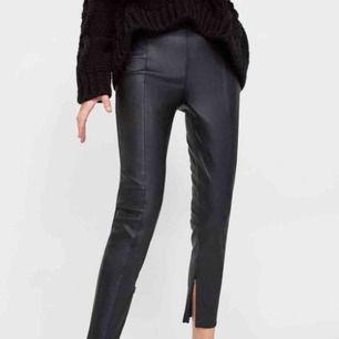 """Skinnbyxor från Zara, storlek S. Byxorna är högmidjade och har fickor där bak, skiiiiitsnygga😍 Det är en söm framtill längs med benen och dragkedja på insidan av byxan nedtill så att man kan få """"split"""". Fint skick!!♥️  Frakt på 54 kr tillkommer!"""